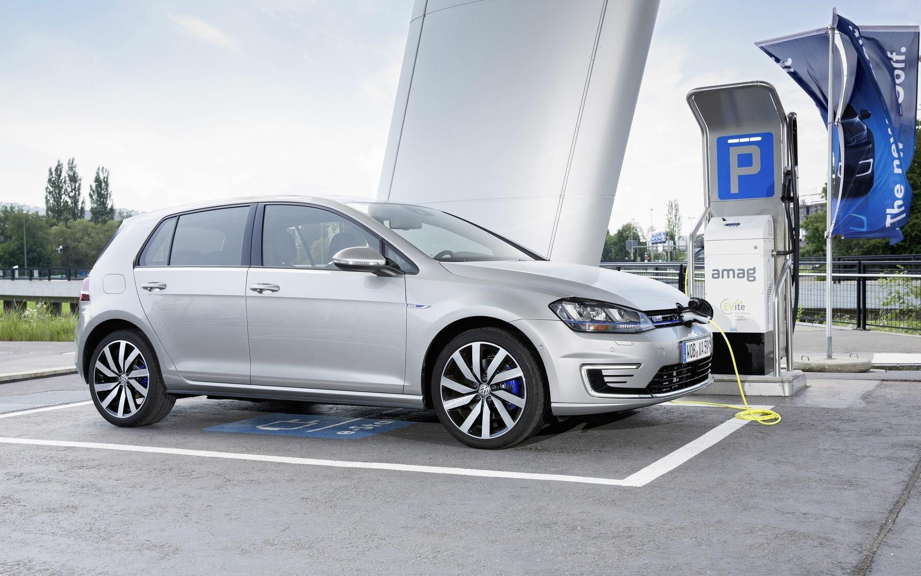 Golf Gte Test >> Volkswagen Golf Gte Plug In Hybrid Review Rating And Range